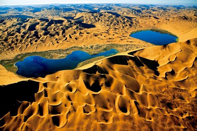 Hồ muối đỏ như màu máu nằm ẩn mình giữa sa mạc nóng bỏng - 4