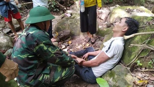 Quân y vượt rừng kịp thời cứu người bị ong đốt nguy kịch - 1