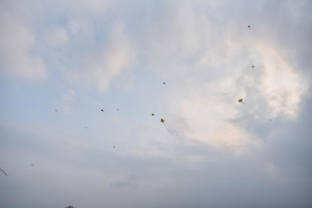 Hà Nội: Hàng trăm người vào khu vực riêng, cấm xâm phạm để thả diều - 6