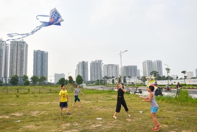 Hà Nội: Hàng trăm người vào khu vực riêng, cấm xâm phạm để thả diều - 7