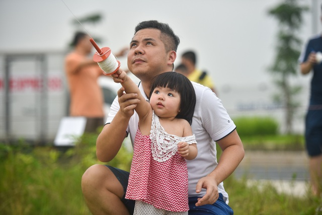 Hà Nội: Hàng trăm người vào khu vực riêng, cấm xâm phạm để thả diều - 8