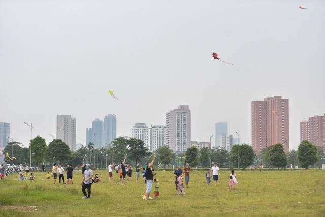 Hà Nội: Hàng trăm người vào khu vực riêng, cấm xâm phạm để thả diều - 1