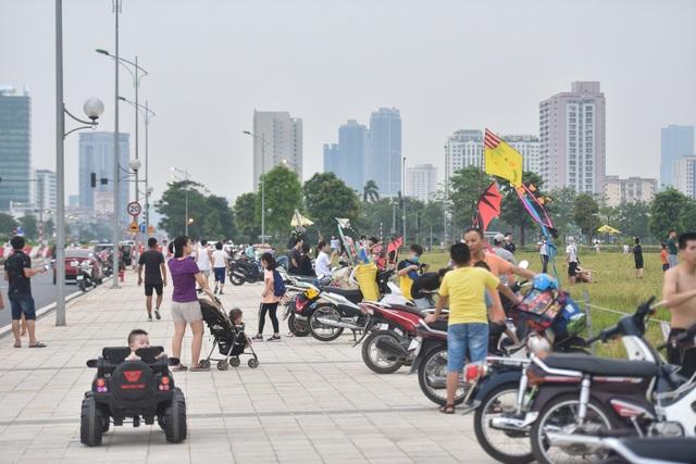 Hà Nội: Hàng trăm người vào khu vực riêng, cấm xâm phạm để thả diều - 12