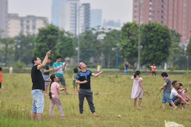 Hà Nội: Hàng trăm người vào khu vực riêng, cấm xâm phạm để thả diều - 9