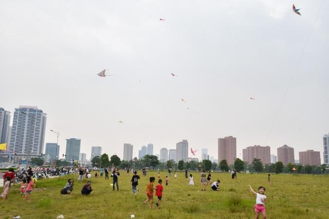 Hà Nội: Hàng trăm người vào khu vực riêng, cấm xâm phạm để thả diều - 11
