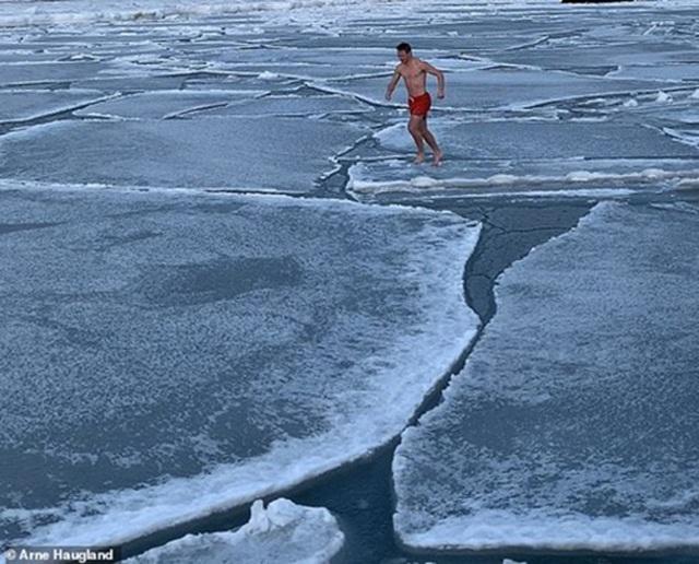 """Chàng trai đùa giỡn với băng Bắc Cực gây """"sốt"""" trên Instagram - 1"""