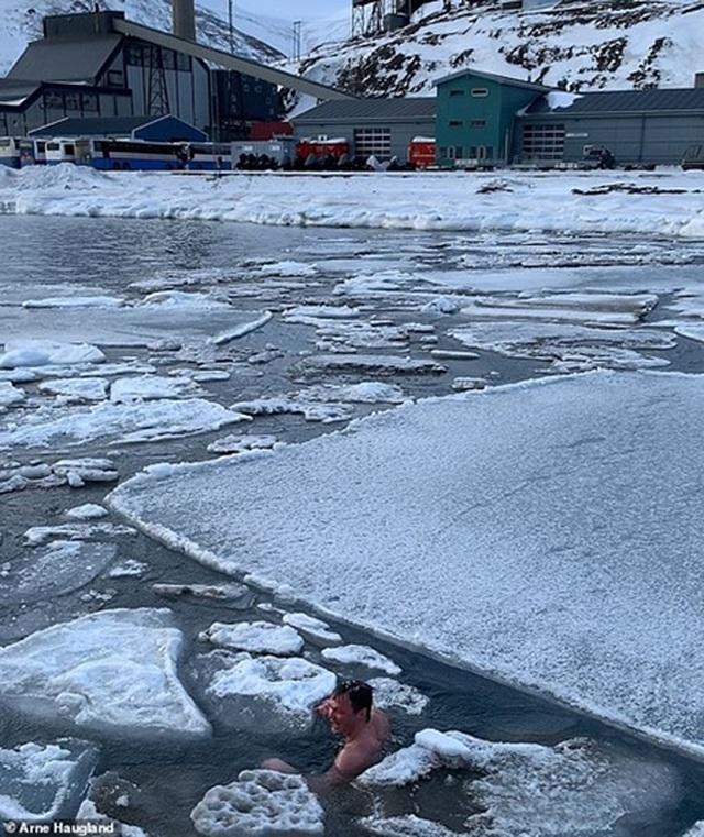 """Chàng trai đùa giỡn với băng Bắc Cực gây """"sốt"""" trên Instagram - 3"""