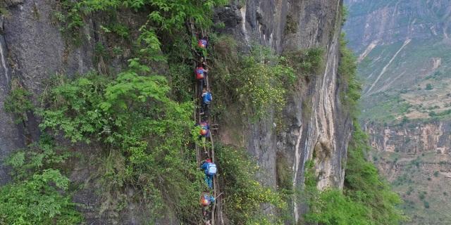 Trung Quốc di dời ngôi làng cao 800m trên núi - 1