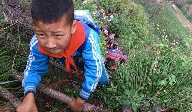 Trung Quốc di dời ngôi làng cao 800m trên núi - 2