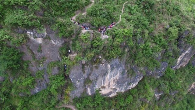 Trung Quốc di dời ngôi làng cao 800m trên núi - 3