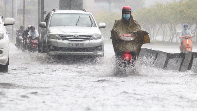 TPHCM đón mưa giải nhiệt, người dân vất vả vượt rốn ngập - 2