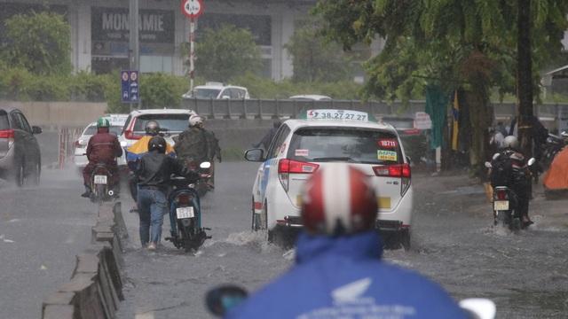 TPHCM đón mưa giải nhiệt, người dân vất vả vượt rốn ngập - 3