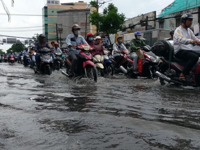 TPHCM đón mưa giải nhiệt, người dân vất vả vượt rốn ngập - 6