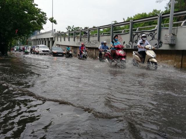 TPHCM đón mưa giải nhiệt, người dân vất vả vượt rốn ngập - 5