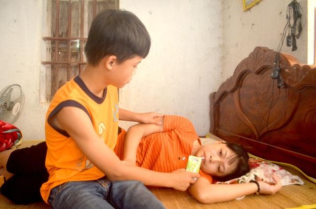 Rớt nước mắt cảnh cậu bé bán thóc lấy tiền đưa mẹ đi bệnh viện - 3