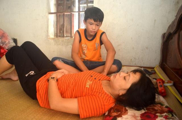 Rớt nước mắt cảnh cậu bé bán thóc lấy tiền đưa mẹ đi bệnh viện - 2