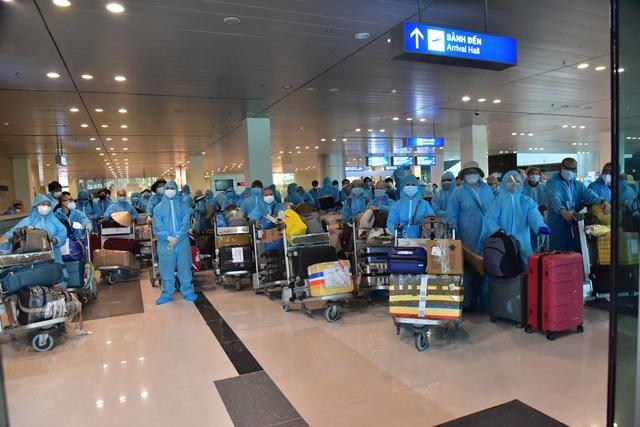 Sân bay Cần Thơ đón hơn 300 công dân Việt Nam từ Ấn Độ trở về - 1