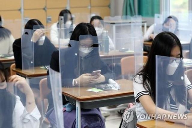 Học sinh Hàn Quốc được bảo vệ bằng tấm chắn, 75 trường đóng cửa khi vừa mở - 1