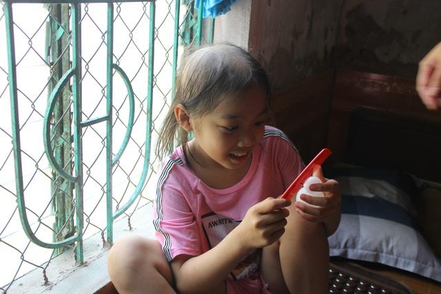 Rớt nước mắt nhìn cô bé tóc rụng từng nắm sau những lần xạ trị - 1