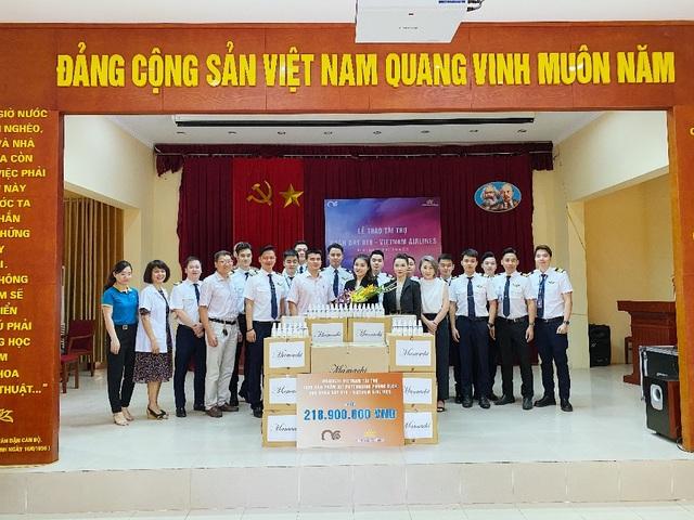 MC Minh Hà đại diện Mamachi trao tài trợ cho Đoàn bay 919 Vietnam Airlines - 1