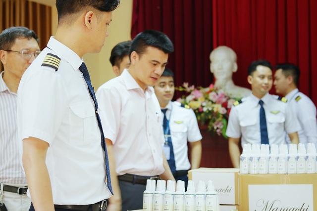 MC Minh Hà đại diện Mamachi trao tài trợ cho Đoàn bay 919 Vietnam Airlines - 2