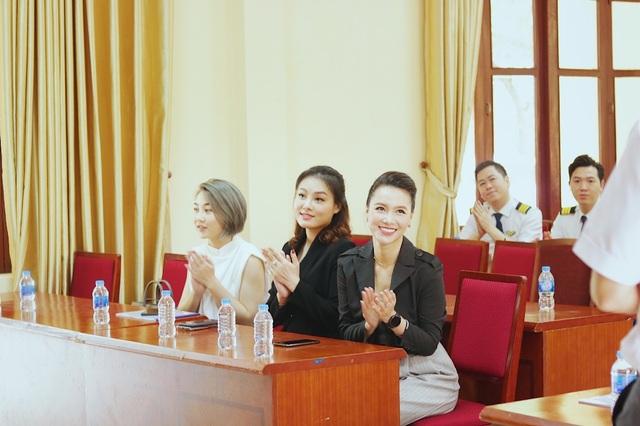 MC Minh Hà đại diện Mamachi trao tài trợ cho Đoàn bay 919 Vietnam Airlines - 3