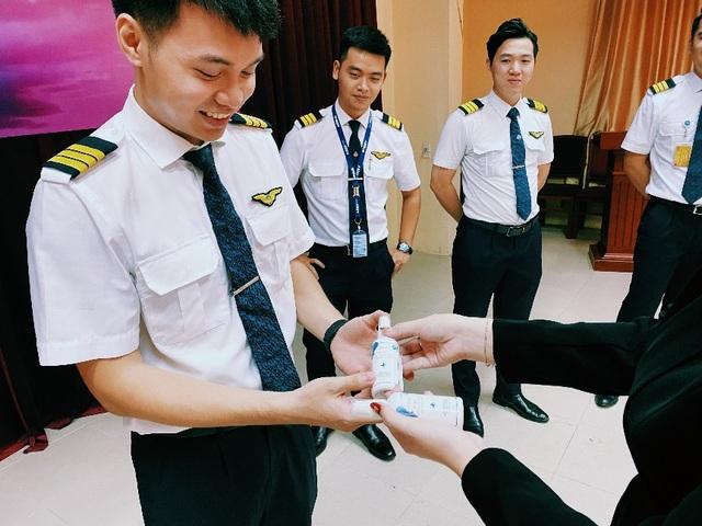 MC Minh Hà đại diện Mamachi trao tài trợ cho Đoàn bay 919 Vietnam Airlines - 4