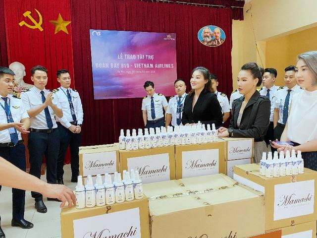 MC Minh Hà đại diện Mamachi trao tài trợ cho Đoàn bay 919 Vietnam Airlines - 5