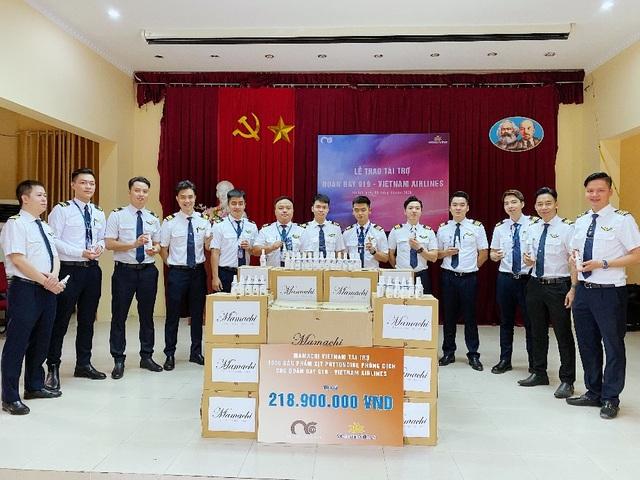 MC Minh Hà đại diện Mamachi trao tài trợ cho Đoàn bay 919 Vietnam Airlines - 9