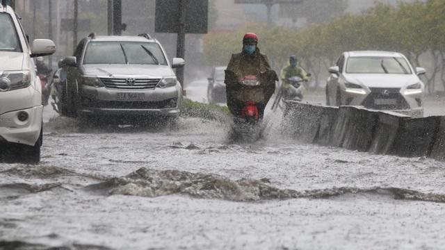 TPHCM đón mưa giải nhiệt, người dân vất vả vượt rốn ngập - 4