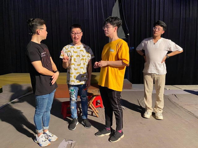 Nghệ sĩ Sài Gòn phấn khởi trên sàn tập, chờ ngày sân khấu sáng đèn - 1