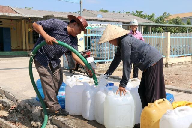 Người dân phấn khởi đi hứng nước sạch miễn phí - 5