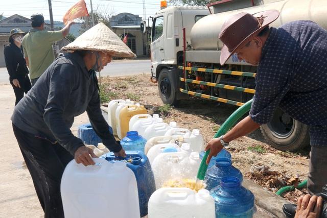 Người dân phấn khởi đi hứng nước sạch miễn phí - 2