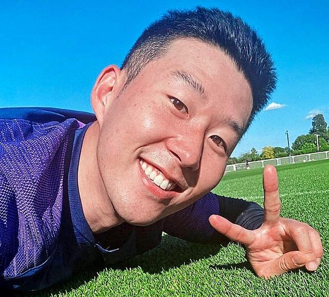 Son Heung Min rạng rỡ tập luyện trở lại sau khi hoàn thành nghĩa vụ quân sự - 1