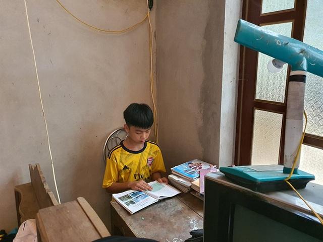 Cậu học trò nghèo nghẹn ngào vì được Bạn đọc Dân trí chung tay cứu mẹ - 2