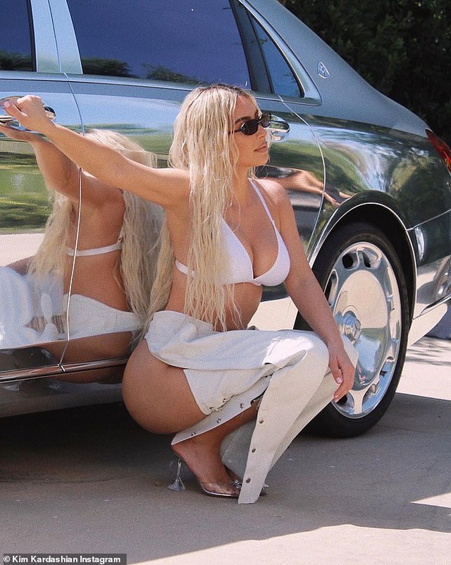 Kim Kardashian gây sốt với trang phục gợi cảm lạ mắt - 1