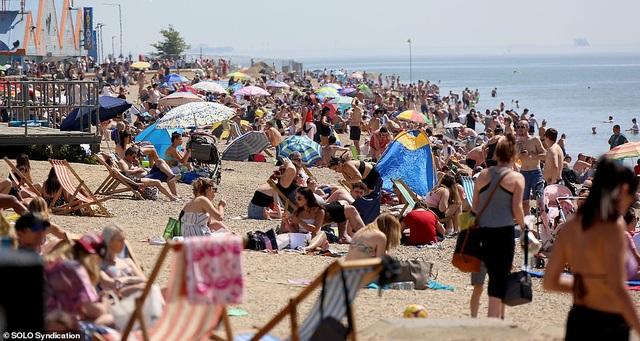 Bất chấp Covid-19, hàng chục nghìn người Anh đi biển vào ngày nóng nhất năm - 4