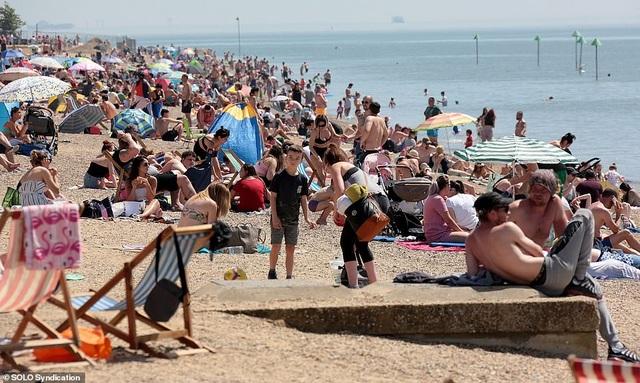 Bất chấp Covid-19, hàng chục nghìn người Anh đi biển vào ngày nóng nhất năm - 8