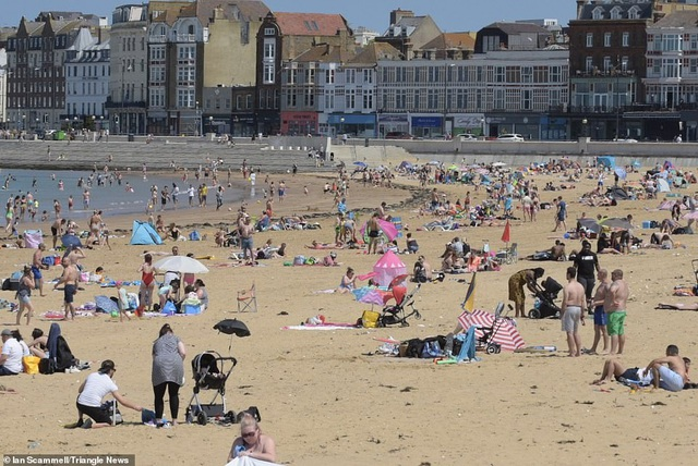 Bất chấp Covid-19, hàng chục nghìn người Anh đi biển vào ngày nóng nhất năm - 6