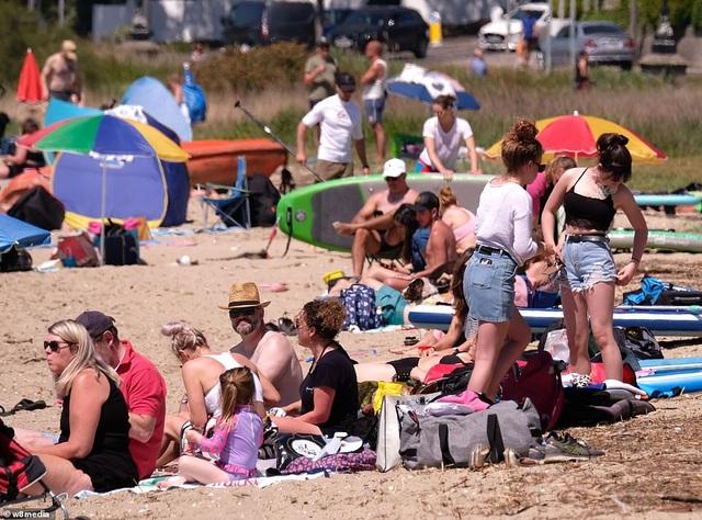 Bất chấp Covid-19, hàng chục nghìn người Anh đi biển vào ngày nóng nhất năm - 9
