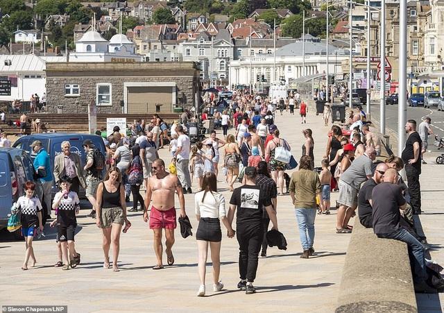 Bất chấp Covid-19, hàng chục nghìn người Anh đi biển vào ngày nóng nhất năm - 1
