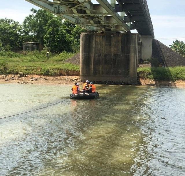 Bé gái 13 tuổi chết đuối bất thường dưới chân cầu - 2