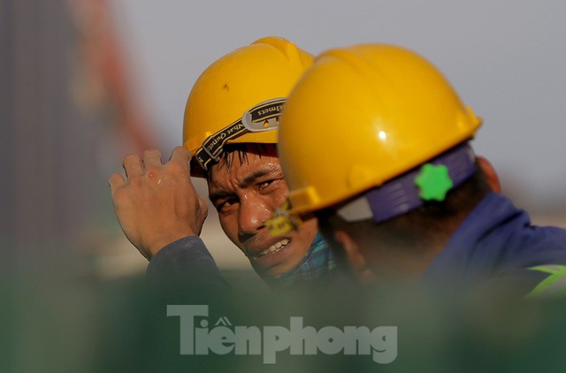 Công nhân phơi mình dưới trời nắng đổ lửa ở Hà Nội - 1