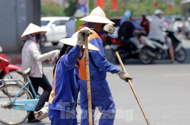 Công nhân phơi mình dưới trời nắng đổ lửa ở Hà Nội - 11