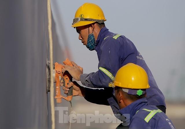 Công nhân phơi mình dưới trời nắng đổ lửa ở Hà Nội - 2