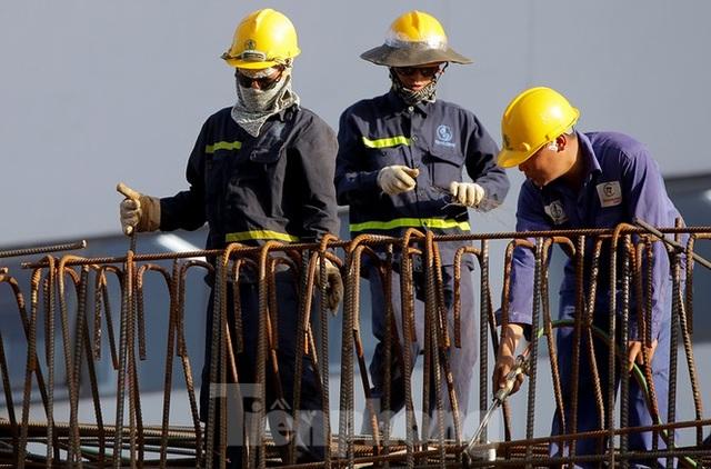 Công nhân phơi mình dưới trời nắng đổ lửa ở Hà Nội - 6