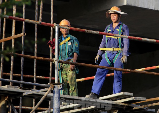 Công nhân phơi mình dưới trời nắng đổ lửa ở Hà Nội - 8