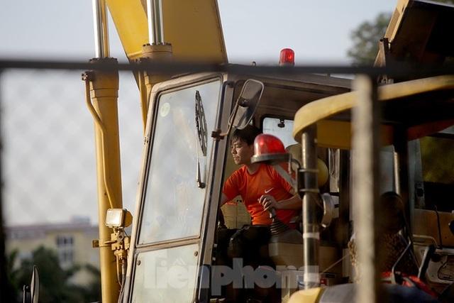 Công nhân phơi mình dưới trời nắng đổ lửa ở Hà Nội - 9