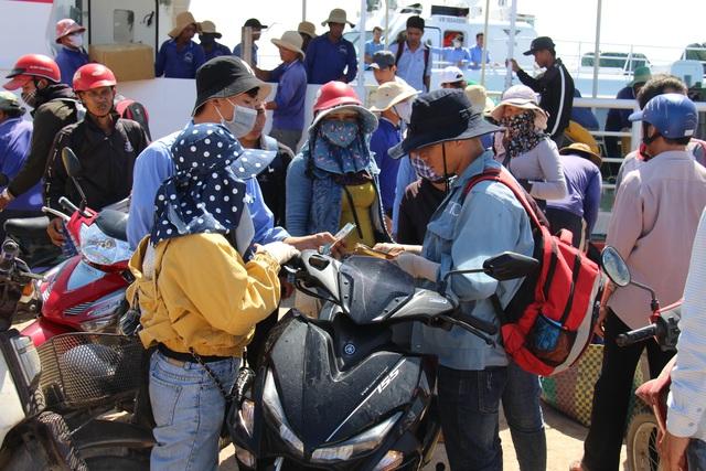 Quảng Ngãi: Du khách bị bao vây khi vừa đặt chân đến đảo Lý Sơn - 2