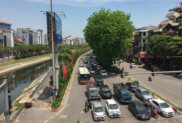 Nắng nóng như thiêu đốt trên đường phố Hà Nội - 18